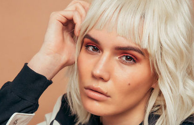 hacks-to-grow-out-your-bangs