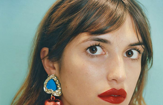 how-to-wear-bangs-milk-and-blush